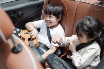 kids on road trip